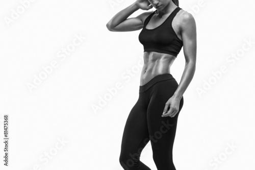 sprawnosci-fizycznej-sporty-kobieta-pokazuje-ona-well-wyszkolony-cialo