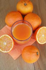 succo d'arancia in bicchiere su tavolo di legno