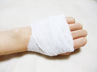包帯を巻いた手