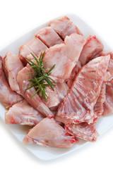 carne di coniglio con rosmarino su piatto_ sfondo bianco