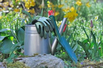 arrosoir, plantoir et gants de jardinage