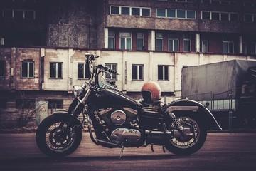 Motocykl na tle budynków