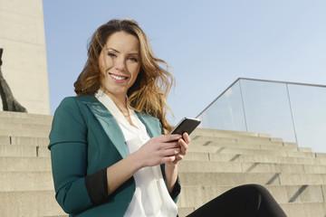 Geschäftsfrau mit smartphone, Berlin, Deutschland