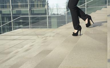 Geschäftsfrau läuft auf Treppe, close-up, Berlin, Deutschland