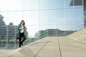 Geschäftsfrau läuft mit smartphone, head-down-generation