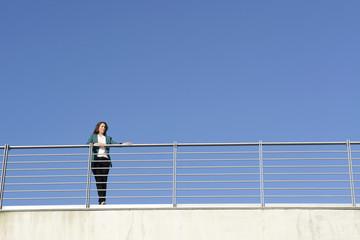 Geschäftsfrau steht auf Brücke, Berlin, Deutschland