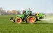 Leinwanddruck Bild - XXX - Traktor mit Düngerstreuer auf dem Kornfeld - 8946