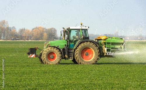 Leinwanddruck Bild XXX - Traktor mit Düngerstreuer auf dem Kornfeld - 8946