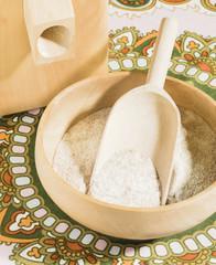 Getreidemühle, Holzschüssel, Mehlschaufel aus Holz