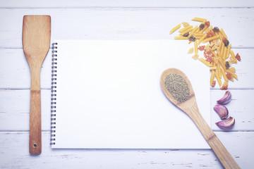 libro de recetas abierto con páginas en blanco