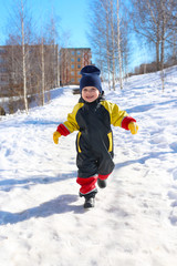 2 years child in overall running in winter