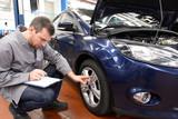 Inspektion - Gutachter überprüft Fahrzeug in Autowerkstatt