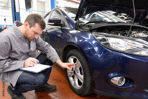 Inspektion - Gutachter überprüft Fahrzeug in Autowerkstatt - 81496913