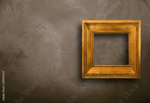 cornice vuota appesa alla parete