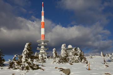 Brocken Harz im Winter mit Schnee und Antenne