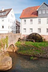 Alte Brücke mit Mühlrad und Altstadt in Nidda/Wetterau