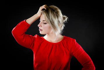 赤い服を着た若い女性