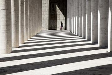 Pattinatrice che attraversa un colonnato