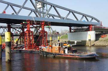 Brückenbau über einen Fluss