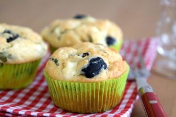 Herzhafte Muffins mit Käse und Oliven