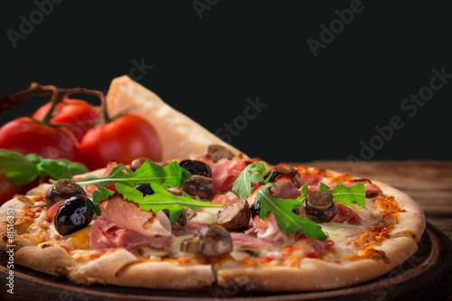 Deurstickers Klaar gerecht Delicious italian pizza served on wooden table