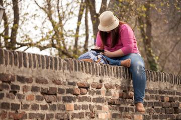 Poskarte schreiben auf der Mauer