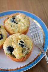 Herzhafte Muffins auf Teller