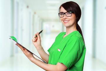 Ärztin im Kittel mit Klemmbrett