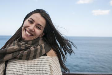 Ragazza che sorride con vista mare
