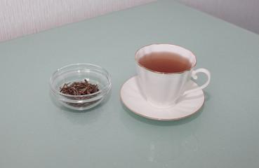 Листья золотого чая и приготовленный золотой чай