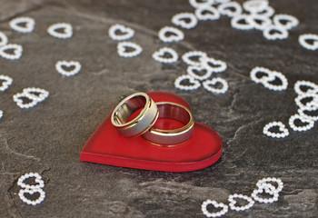 Rotes Herz mit Ringen