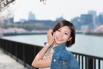 満開の桜と美しい女性 桜ノ宮公園(大川)