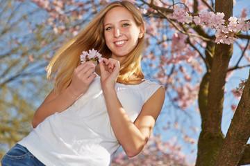 Junge Frau im Frühling zur Kirschblüte