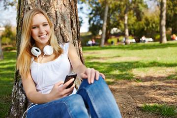 Mädchen mit Smartphone im Park