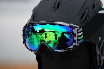 schwarzer Kopf mit bunter Skibrille