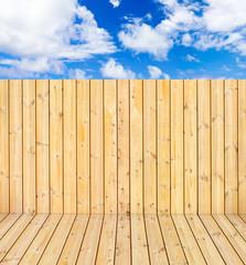 plancher et palissade bois naturel sur fond de ciel