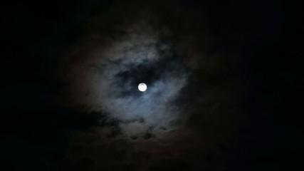 Луна ночью в бегущих тяжёлых облаках, тучах.