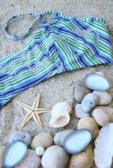 maillot de bain,coquillages et galets,sur plage