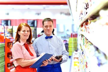 Mitarbeiter in einem Supermarkt arbeiten erfolgreich zusammen