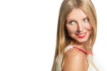 Портрет красивой молодой улыбающейся светловолосой женщины.