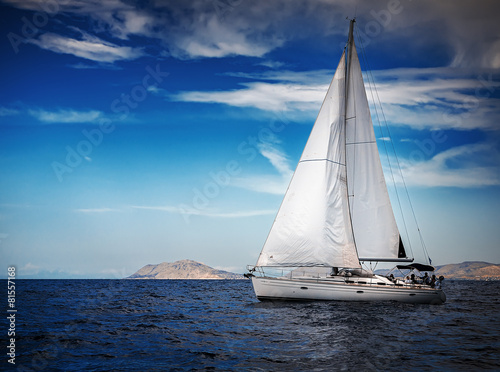 Spoed canvasdoek 2cm dik Zee / Oceaan The white sails of yachts on the background of sea