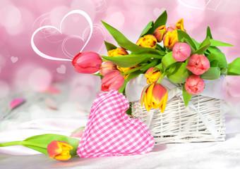 Korb mit frischen Tulpen und Herz