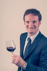 Sommelier degusta bicchiere di vino rosso