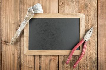 古いハケとペンチと黒板