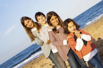 Niños cogidos por orden de altura en la playa