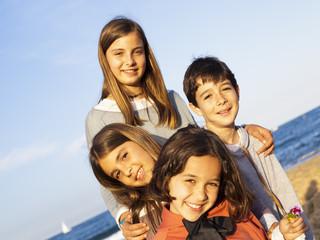 Niños en la playa en plano oblicuo