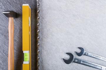Werkzeug auf Steinplatten
