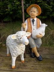 Schäfer mit Schafen - Gartendekoration  - Bild -