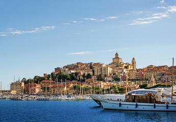 Blick auf den Hafen und die Altstadt von Imperia (Ligurien)