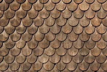 Runde Holzschindeln an Hauswand – Alte Holzverkleidung